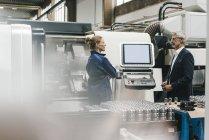 Руководитель и квалифицированный работник высокотехнологичного предприятия, проводящего встречу — стоковое фото