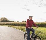 Старший чоловік їзда на велосипеді по кантрі-Лейн — стокове фото