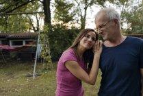 Усміхнена Зріла пара в саду будинку — стокове фото