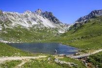 Австрія, Форарльберг, мандрівний стоячи в гірському озері — стокове фото