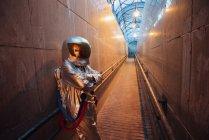 Hombre del espacio en la ciudad por la noche de pie en el pasillo estrecho - foto de stock