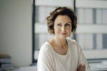 Ritratto di una donna d'affari di successo nel suo ufficio — Foto stock