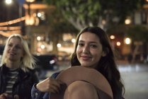 Deux jeunes femmes dans la rue la nuit — Photo de stock