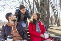 Росія, Москва, Група друзів у парку, розважаються разом, п'ють каву — стокове фото