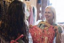 Щаслива молода жінка покупки для нового одягу з одним — стокове фото
