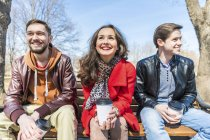 Russia, Mosca, gruppo di amici che si divertono al parco e si guardano intorno — Foto stock