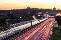Deutschland, baden-wuerttemberg, stuttgart, autobahn a8 am abend, leichte wege — Stockfoto