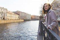 Russia, San Pietroburgo, giovane donna vicino a un canale — Foto stock