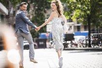 Щаслива безтурботна пара працює в місті — стокове фото
