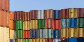 Германия, упакованные контейнеры в порту — стоковое фото