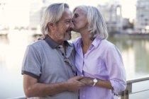 Старший пара беручи місто перерву, цілуватися і охоплює — стокове фото