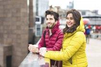UK, Londra, giovane coppia con caffè in piedi sul ponte — Foto stock