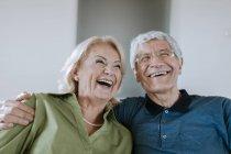 Щаслива старша пара вдома. — стокове фото