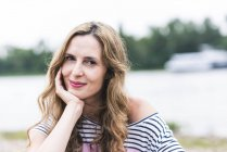 Ritratto di donna sorridente sul lungofiume — Foto stock