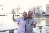Старшая пара отдыхает, развлекается, машет руками — стоковое фото