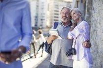 Старшая пара отдыхает в городе — стоковое фото