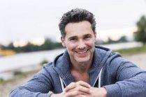 Retrato de um homem sorridente à beira do rio — Fotografia de Stock