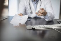 Doctor giving patient a note — Stock Photo