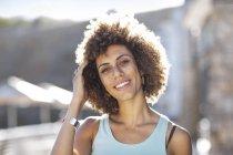 Портрет счастливой молодой женщины — стоковое фото