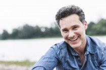 Retrato de um homem feliz à beira do rio — Fotografia de Stock