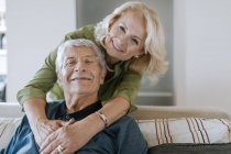 Porträt eines liebevollen Seniorenpaares zu Hause — Stockfoto