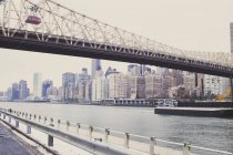 USA, New York, Manhattan, East River and bridge to Roosevelt Island — Stock Photo