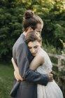 Noiva e noivo abraçando ao ar livre — Fotografia de Stock