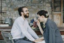 Счастливые жених и невеста сидят за столом — стоковое фото