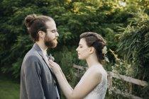 Sposa di regolazione tuta sposo all'aperto — Foto stock