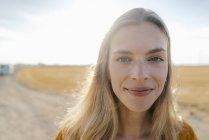 Портрет улыбающейся молодой женщины в сельской местности — стоковое фото