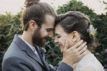 Щаслива любляча наречена з нареченим на вулиці. — стокове фото