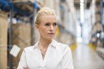 Retrato de mulher confiante no armazém da fábrica — Fotografia de Stock