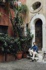 Geschäftsmann sitzt auf Stufen in einem Innenhof — Stockfoto