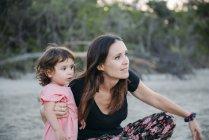 Australien, Queensland, Makrele, Cape Hillsborough Nationalpark, Mutter und Tochter erkunden den Strand — Stockfoto