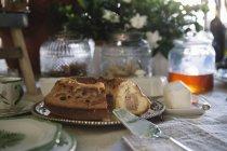 Bolo de mármore no bufete de um brunch luxuoso — Fotografia de Stock