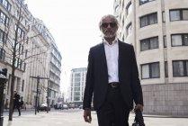 Regno Unito, Londra, Regno Unito, ritratto di un uomo d'affari anziano che cammina in città — Foto stock