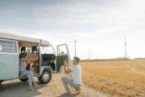 Happy молода пара беручи зображення стільниковий телефон на кемпер Ван в сільській місцевості — стокове фото