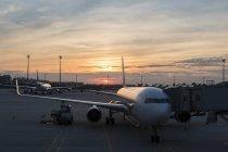 Germania, Baviera, Monaco di Baviera, Aeroporto al tramonto — Foto stock