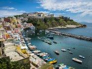 Italia, Campania, Golfo di Napoli, Isole Flegree, Isola di Procida, Porto, Marina di Corricella, ex carcere di montagna — Foto stock