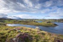 Regno Unito, Scozia, Highland scozzese, Sutherland, Kinlochbervie, Loch Inchard e luce solare — Foto stock