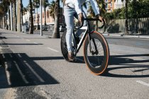 Bicicletta di guida uomo sulla strada — Foto stock