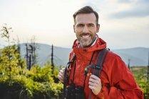Портрет усміхнена людина походи в гори — стокове фото