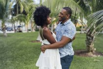 США, Флорида, Майами-Бич, счастливая молодая пара, отдыхающая летом в парке — стоковое фото
