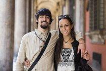 Itália, Bolonha, retrato de feliz jovem casal abraçando — Fotografia de Stock