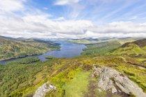 Uk, Escocia, Highland, Trossachs, vista desde la montaña Ben A'an hasta el lago Katrine - foto de stock