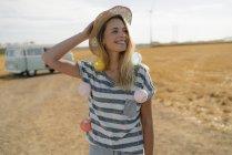 Щаслива молода жінка на кемпер Ван в сільській місцевості — стокове фото