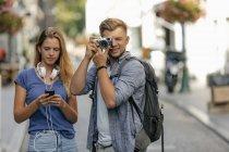Paesi Bassi, Maastricht, giovane coppia che esplora la città scattando foto sulla macchina fotografica — Foto stock
