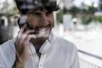Портрет красивого белого мужчины, разговаривающего по мобильному телефону — стоковое фото