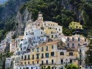 Italia, Amalfi, vista del casco antiguo histórico - foto de stock