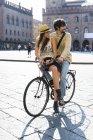 Italia, Bologna, giovane coppia in bicicletta guardando qualcosa — Foto stock